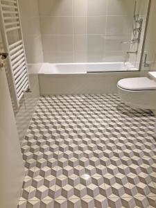 Imagen 2 mosaicos antideslizantes en interior 225x300 - Mosaicos Antideslizantes de clase 3
